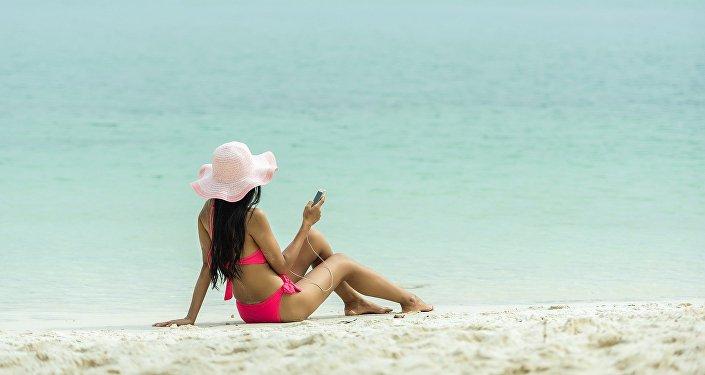 Une jeune fille à la plage