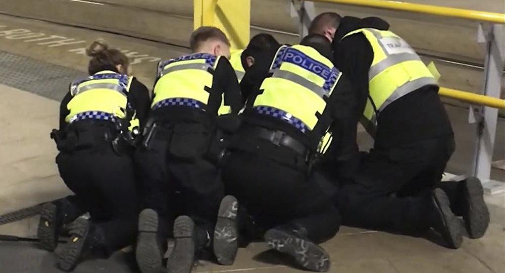 Des policiers de Manchester retiennent l'homme qui a poignardé trois personnes le 31 décembre 2018