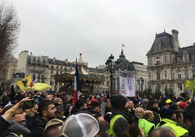 Des Gilets jaunes sont rassemblés à Paris pour l'acte 8 de leur mobilisation, le 5 janvier