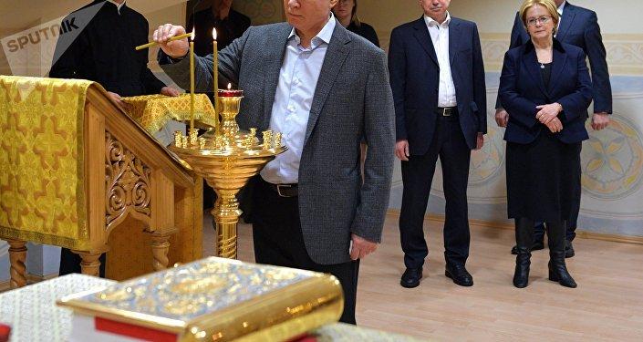Vladímir Poutine visite un hôpital pour enfants atteints du cancer à Saint-Pétersbourg