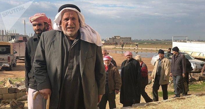 Des Syriens ayant emprunté le couloir humanitaire dans le gouvernorat d'Idlib