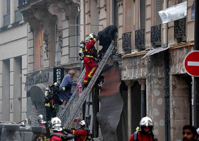 opération de sauvetage après l'explosion de gaz à Paris