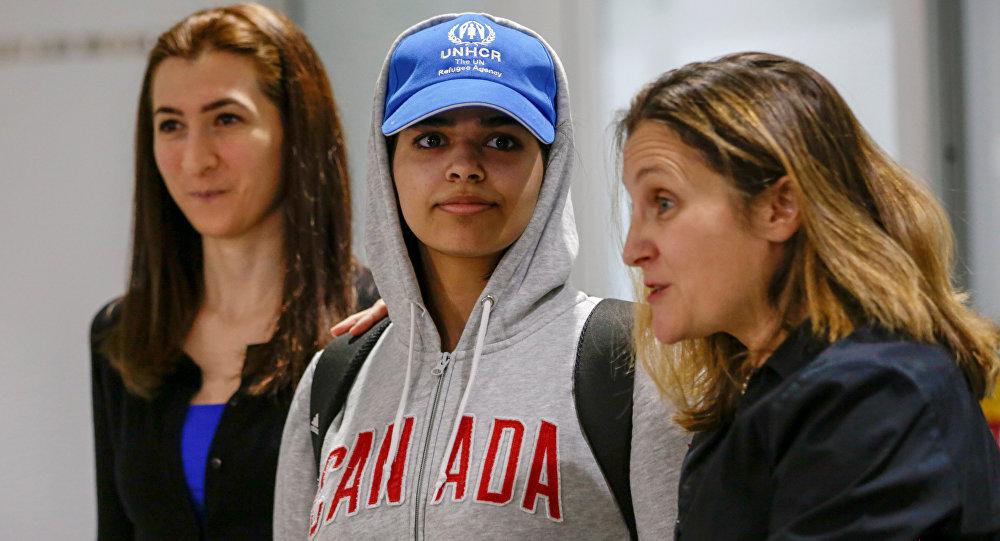 Rahaf Mohammed Al-Qunun et  la ministre canadienne des Affaires étrangères Chrystia Freeland à l'aéroport de Toronto