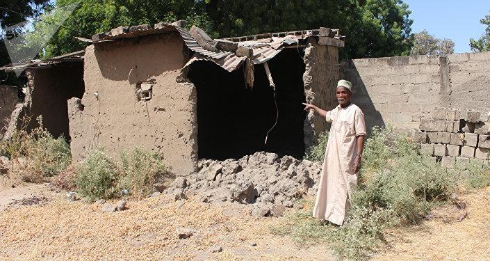 Abdoulaye Mahamat, 82 ans, déplacé de retour à Limani, Cameroun, nous montre une maison détruite par Boko Haram.