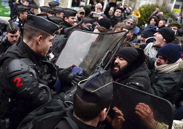 Des manifestants et la police (archives)