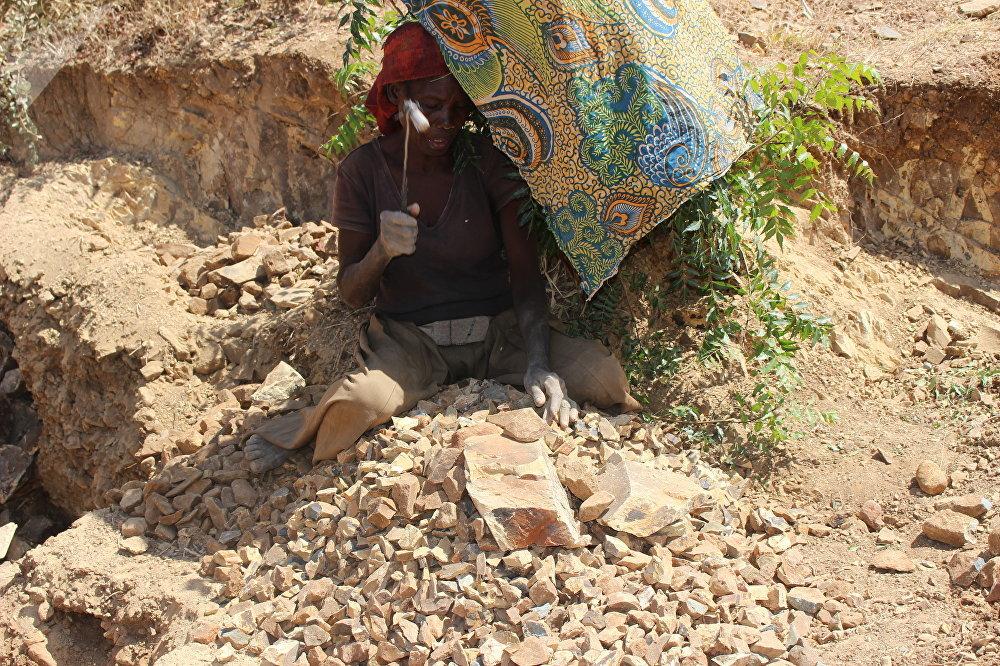 Marie, casseuse de pierre en pleine activité à Maroua, Cameroun