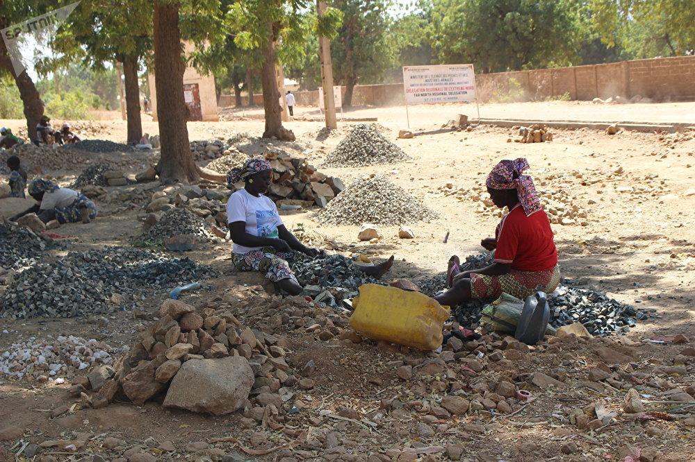 Des casseuses de pierre à Maroua, Cameroun