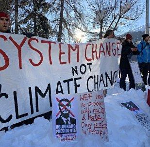 à Davos, faute de Trump, des manifestants se paient la tête de Bolsonaro