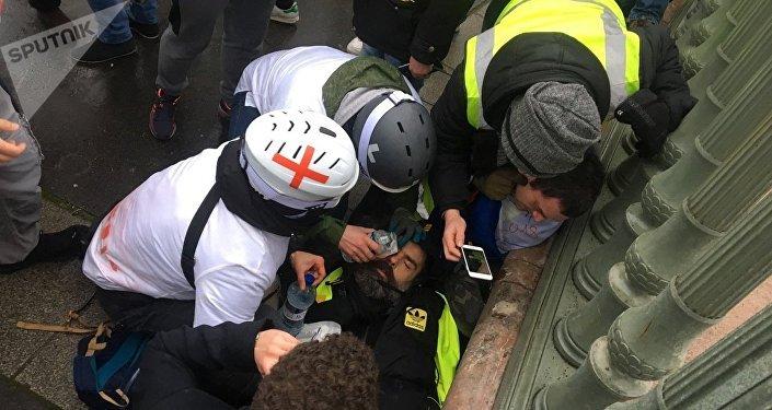 À Paris, Jérôme Rodriguez, Gilet jaune, blessé à un œil, des médecins interviennent