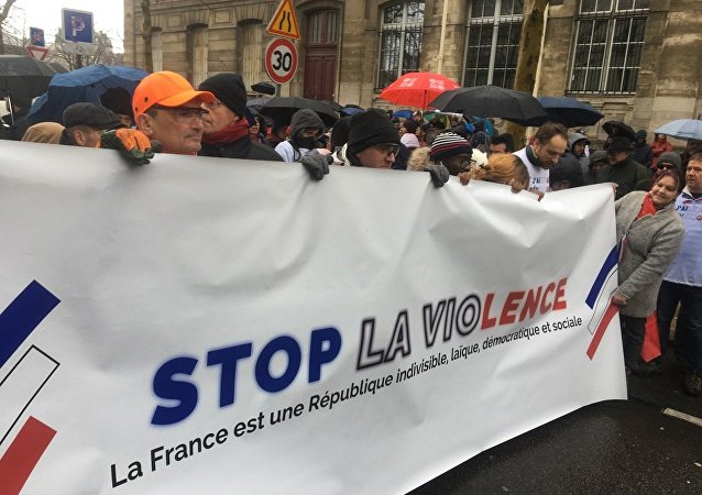 Première mobilisation nationale des Foulards rouges à Paris