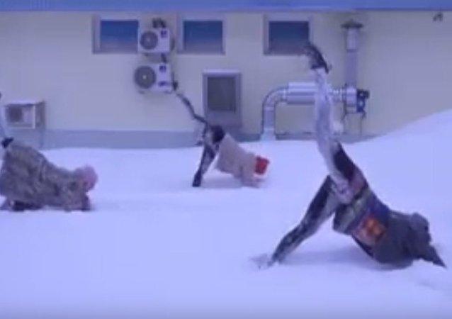 Des asanas dans la neige: ce qu'est le yoga à la russe