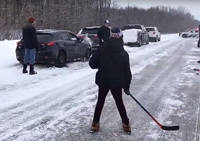 Comment passer du bon temps dans les bouchons? Des Canadiens jouent au hockey!