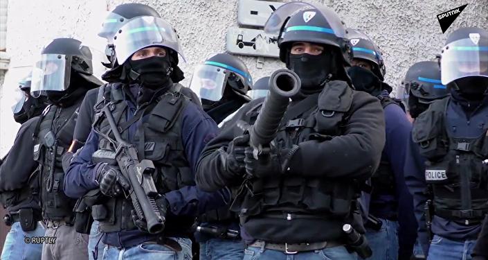 forces de l'ordre avec des LBD