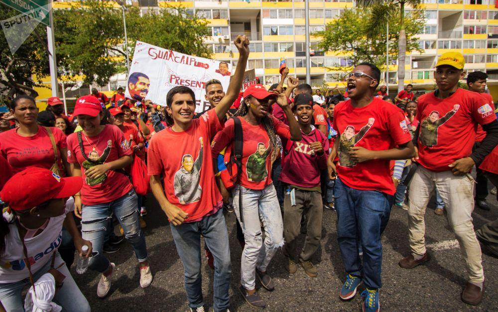 Deux univers de Caracas: les manifestations des partisans de Maduro et de Guaido