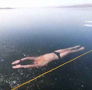 À la recherche du frisson: un plongeur tchèque nage sous un lac gelé