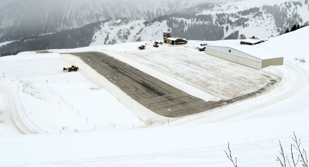 Un petit avion rate son atterrissage avant de terminer sa course dans la neige — Courchevel