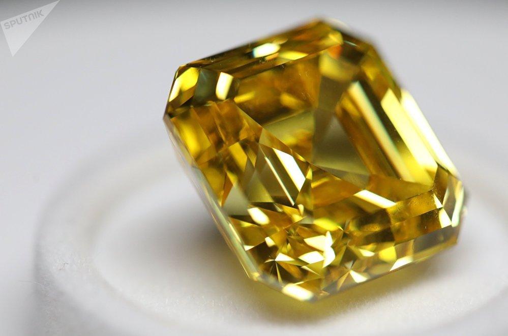 Pierre de couleur jaune vif pesant 20,69 carats