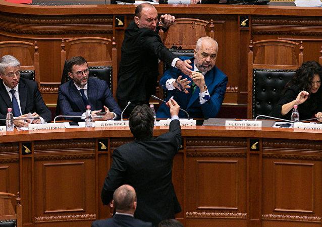 Le Premier ministre d'Albanie aspergé d'encre au Parlement