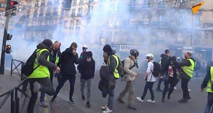 Les CRS emploient du gaz lacrymogène contre des Gilets jaunes à Paris
