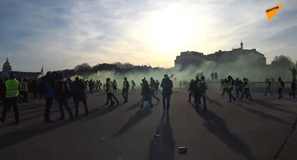 Gilets jaunes: une ambiance électrique sur l'esplanade des Invalides à Paris (vidéos)