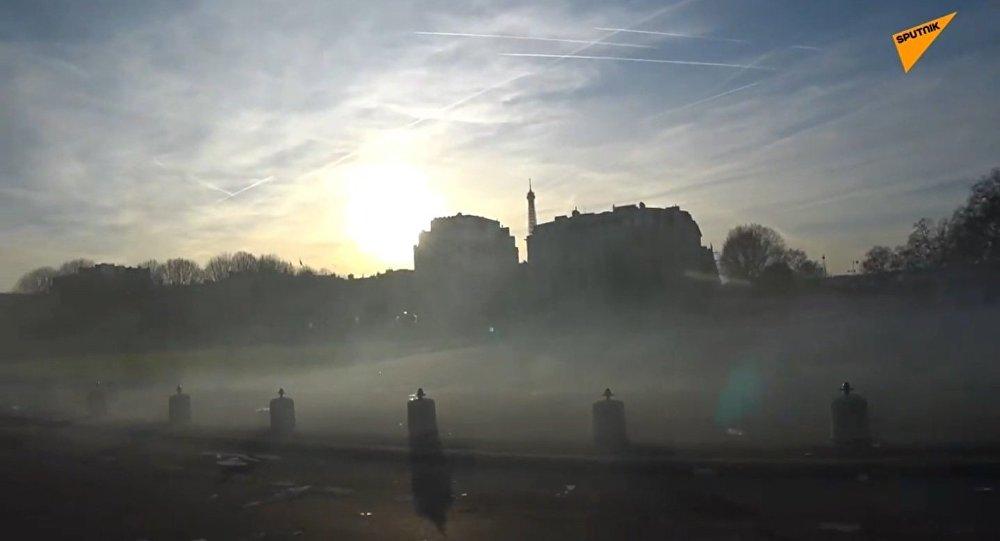 Les forces de l'ordre emploient du gaz lacrymogène contre des Gilets jaunes à Paris lors de l'acte 14