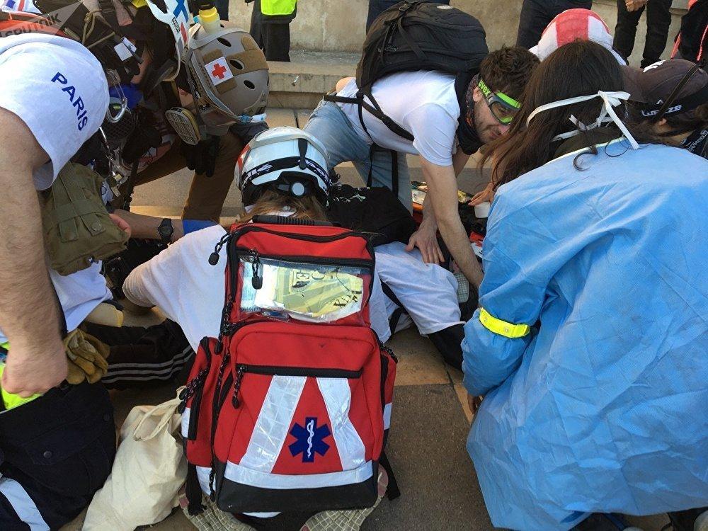 Un street medic blessé sur la place du Trocadéro à Paris pendant l'Acte 15 des Gilets jaunes
