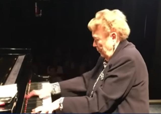 A l'âge de 93 ans, une pianiste française joue sans partition