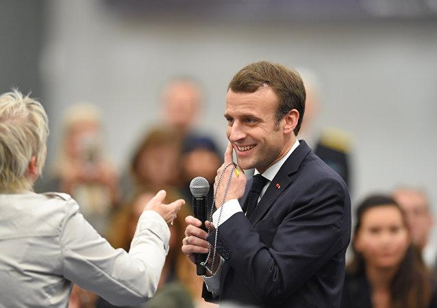 Emmanuel Macron lors dune rencontre avec une activiste des Gilets jaunes