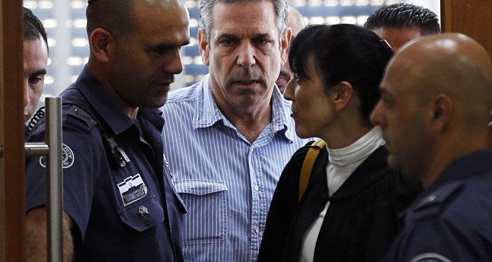 Gonen Segev (au centre), ex-ministre israélien accusé d'espionnage au profit de l'Iran