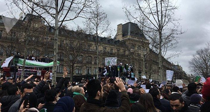 La communauté algérienne se mobilise à Paris contre un 5e mandat de Bouteflika