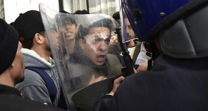 Акция протеста студентов в Алжире против выдвижения президента Абделя Азиза Бутефлики на пятый срок