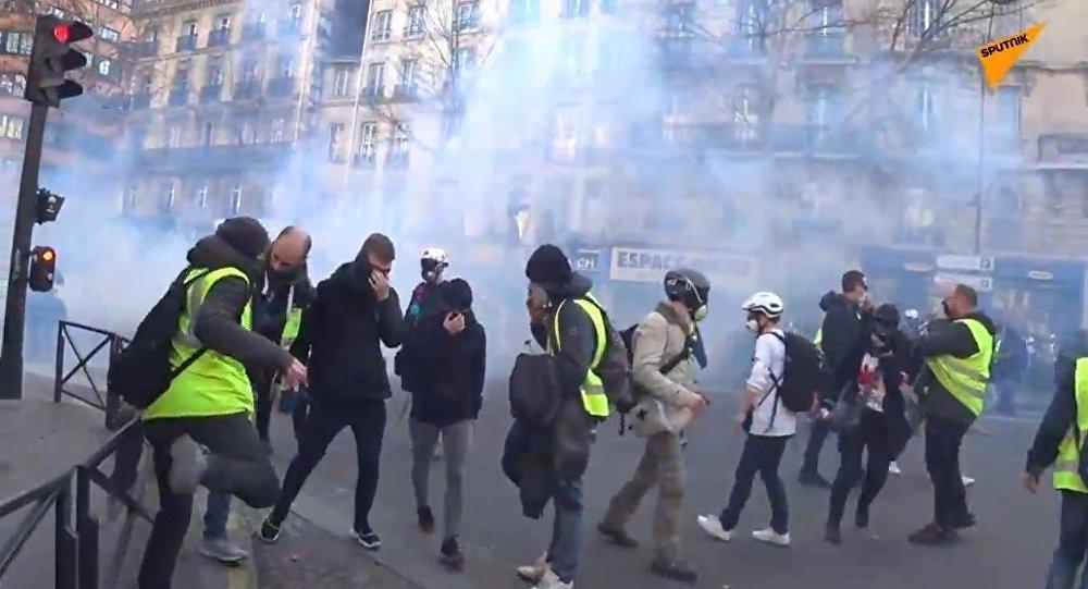 Les CRS emploient du gaz lacrymogène contre des Gilets jaunes (archives)