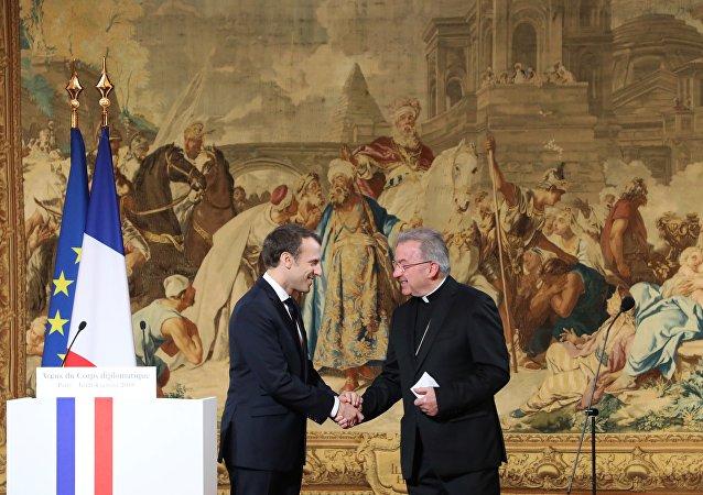 Le Président Emannuel Macron serre la main du nonce apostolique en France, Luigi Ventura, lors de ses vœux de Nouvel An au corps diplomatique de l'Elysée à Paris