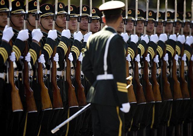 Des soldats de l'armée chinoise se préparent à la visite du premier ministre indient Manmohan Singh, le 23 octobre 2013