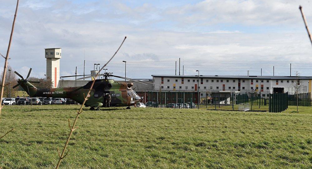 Un hélicoptère militaire devant le centre pénitentiaire de Condé-sur-Sarthe