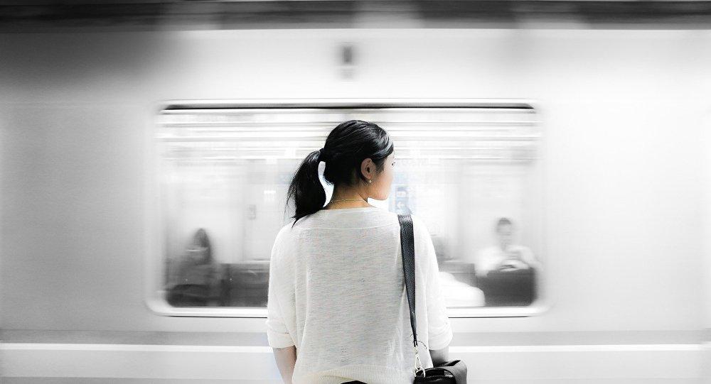 Jeune femme dans le métro