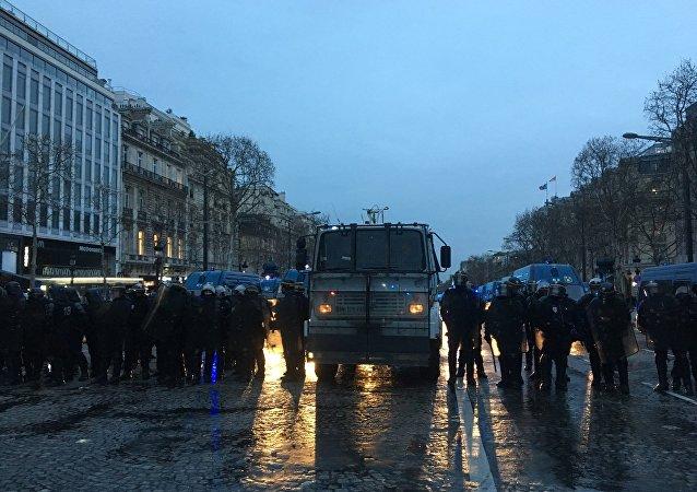 Un canon à eau utilisé sur les Champs-Élysées