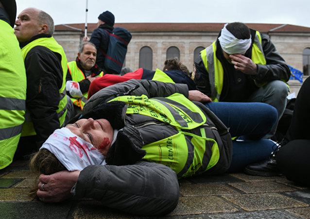 «Stop aux armes sublétales»: des Gilets jaunes rendent hommage à leurs blessés à Besançon