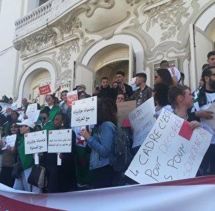 À Tunis, des Algériens manifestent contre un 5ème mandat d'Abdelaziz Bouteflika