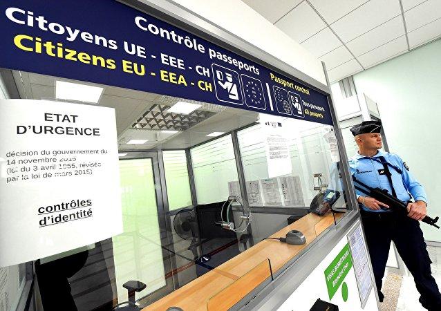 Un gendarme devant un poste de contrôle des passeports à l'aéroport de Montpellier