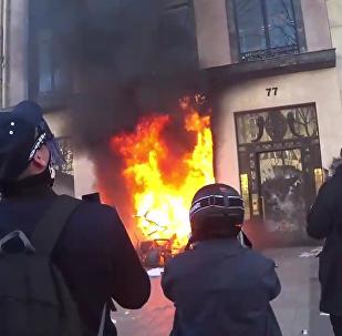 Les Champs-Élysées ressemblent beaucoup à un champ de bataille