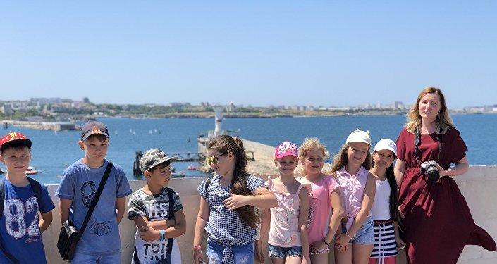 Ioulia Plastinina, fondatrice de l'atelier de langue anglaise Intergate avec ses étudiants, en Crimée