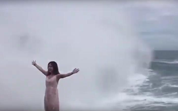 À ses risques et périls: une vague géante éjecte une touriste posant pour une photo