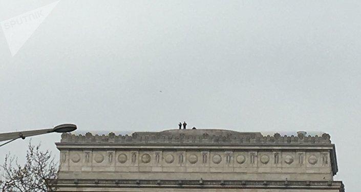 Un drone de la police au-dessus de l'arc de Triomphe