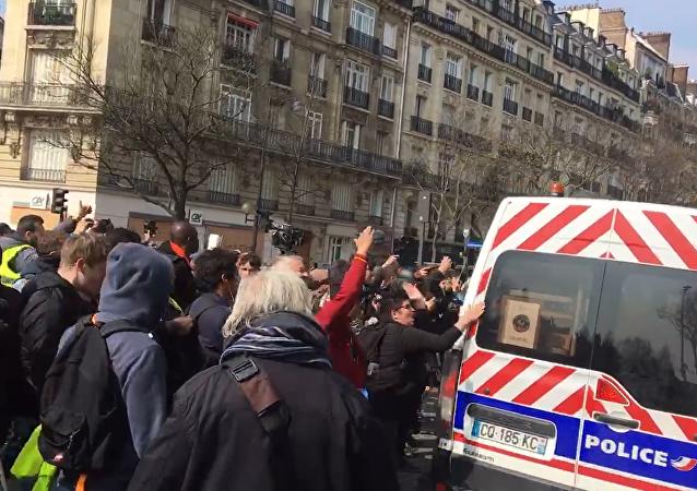 À Denfert-Rochereau (Paris), des Gilets jaunes conspuent les forces de l'ordre et les poussent à quitter les lieux