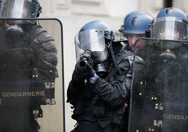 Un gendarme avec un LBD, image d'illustration