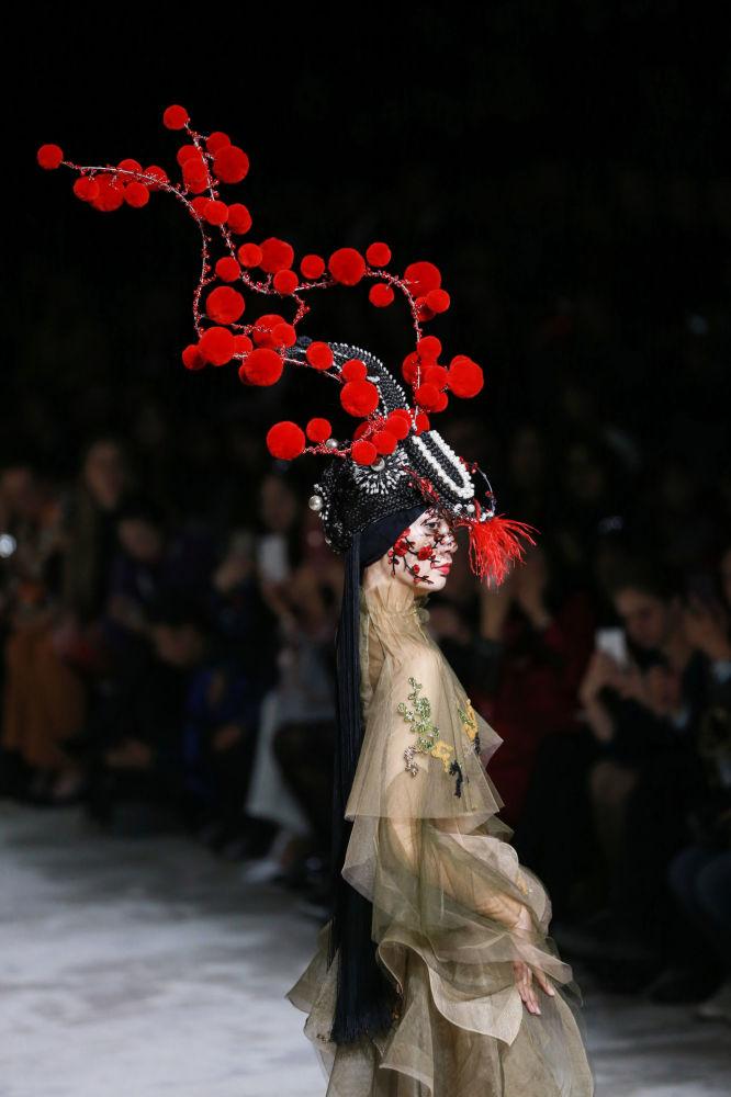 Le Military style, c'est sexy: défilé Hu Sheguang à la Semaine de la mode de Pékin