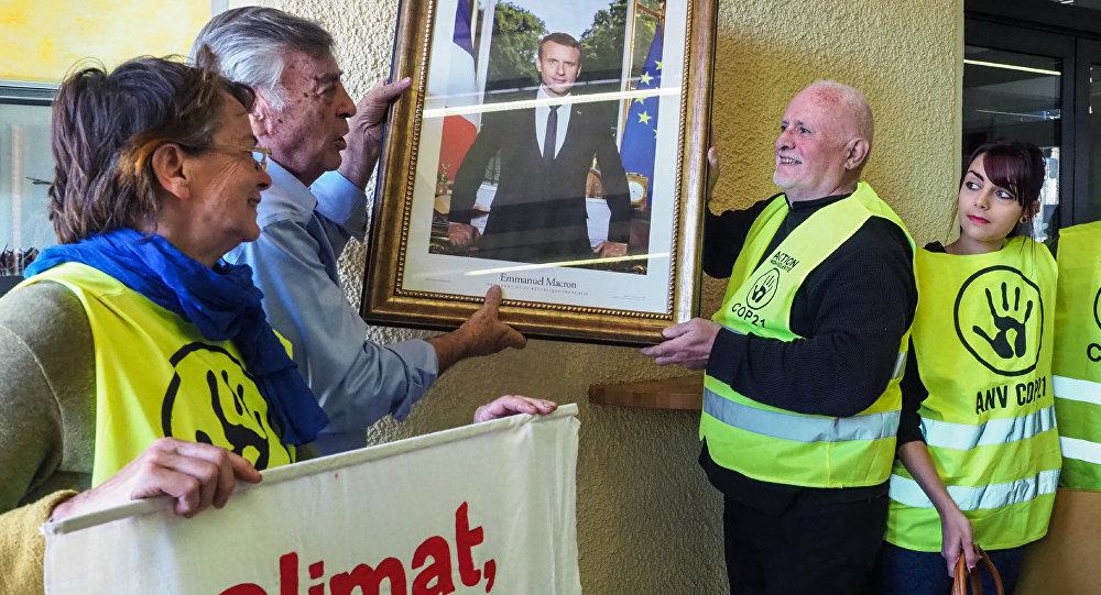 Un portrait d'Emmanuel Macron décroché
