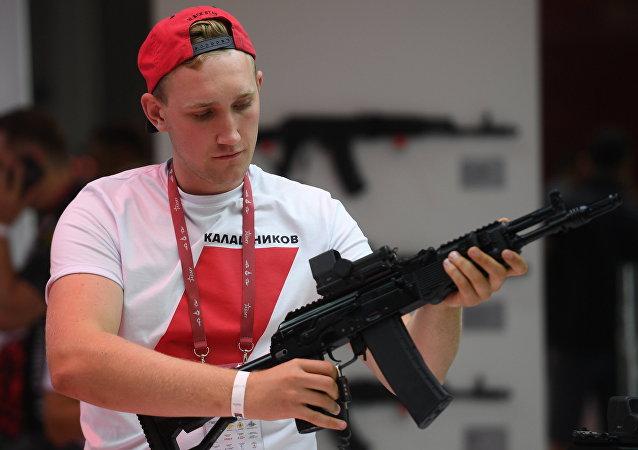 Présentation d'un fusil d'assaut Kalachnikov