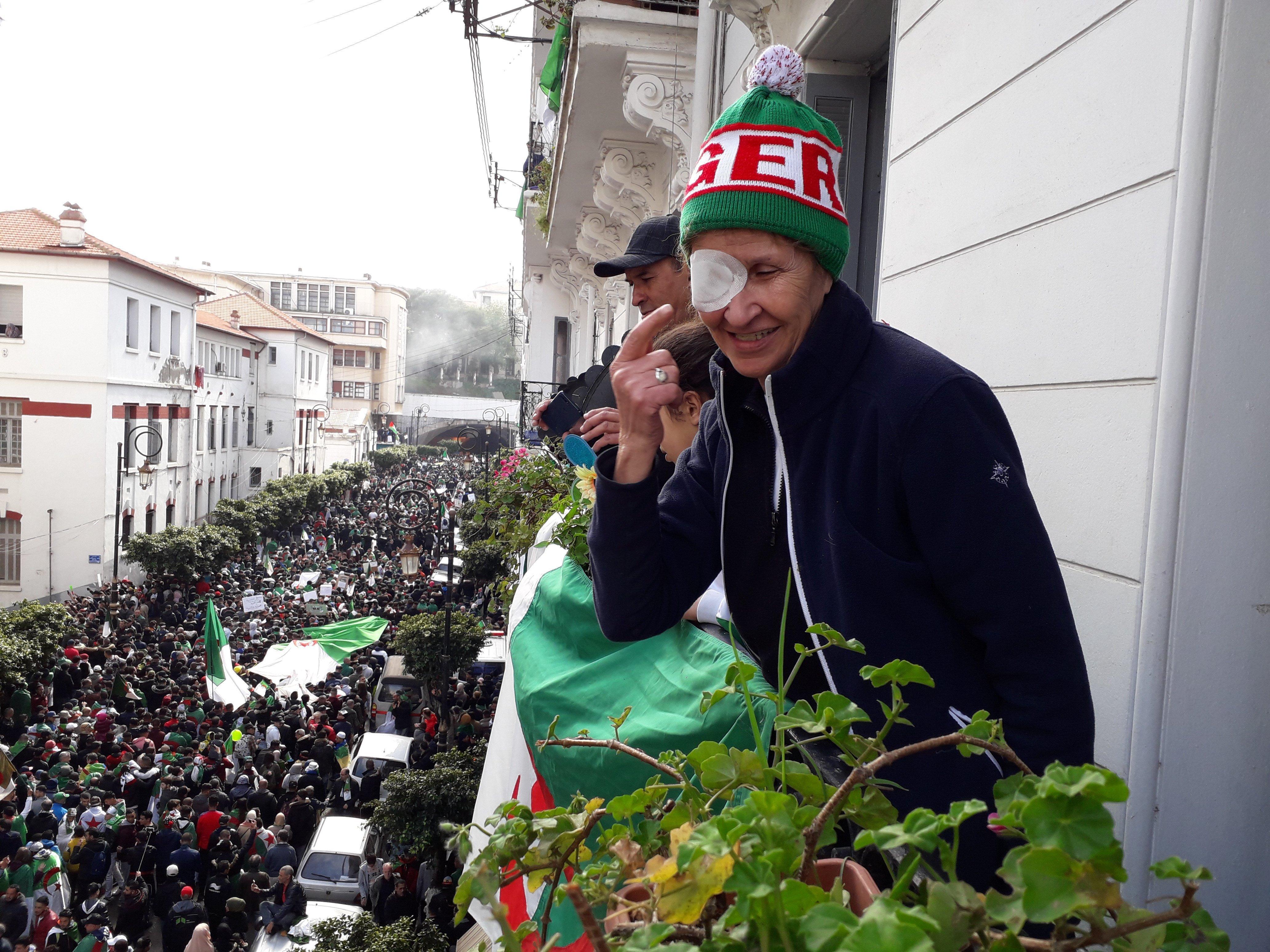 Hassiba, fonctionnaire à la retraite, s'adresse aux manifestants
